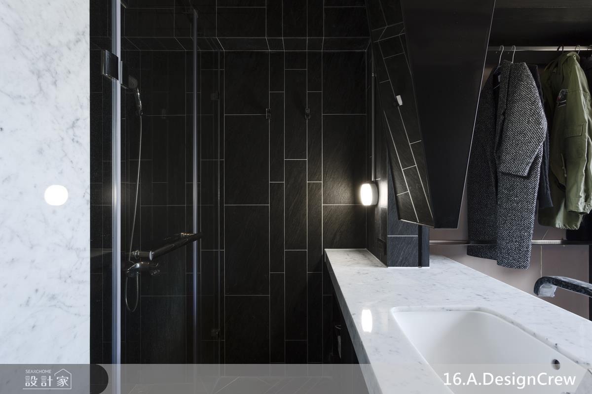 主臥內結合主衛浴、更衣間,於窗面規劃衣物掛桿及行李箱收納空間,內側則以不規則造型磚及白色線條構築浴廁與淋浴間的視覺層次感。