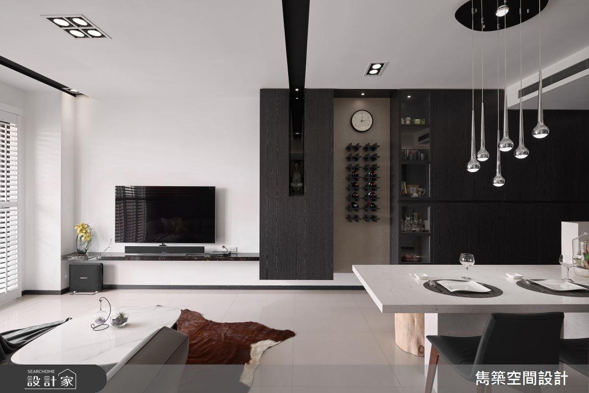 客廳窗面使用白色百葉門片營造國外明亮舒適感,電視牆則以簡約檯面潔淨空間視線。