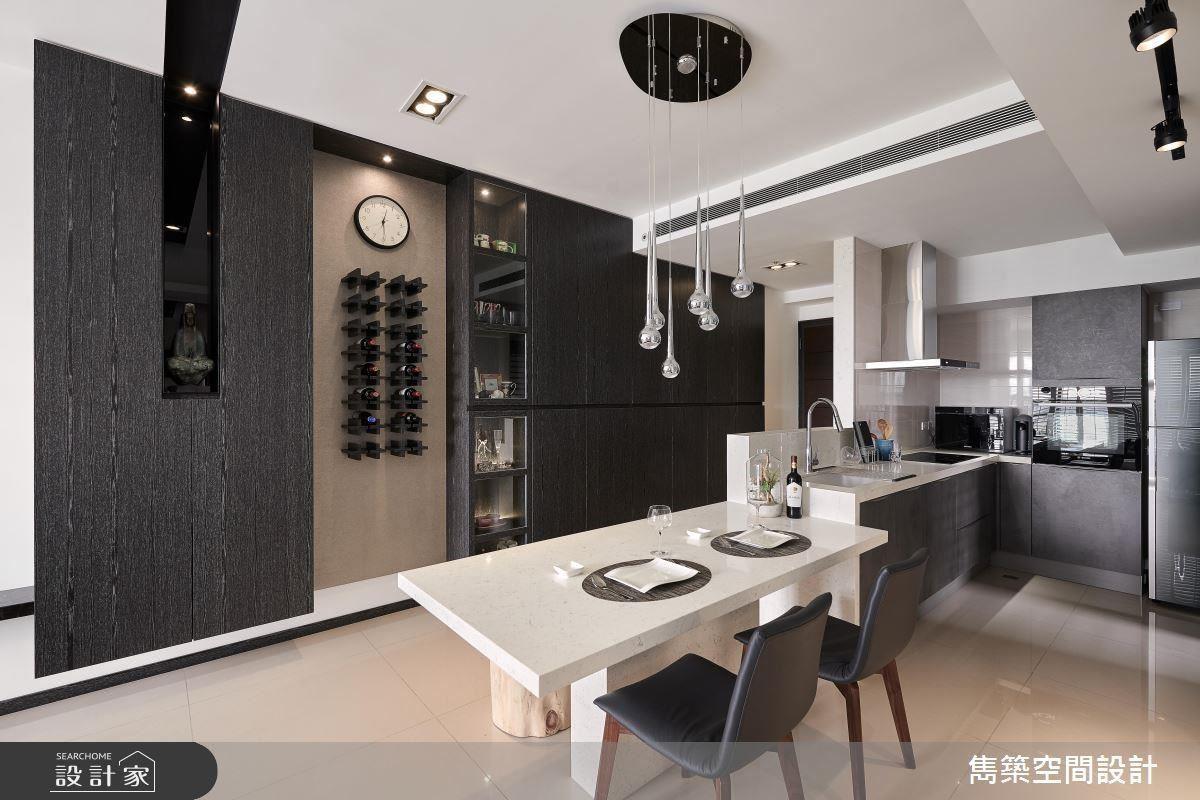餐廚區連結餐桌與料理檯面,便利空間的運用與互動性。
