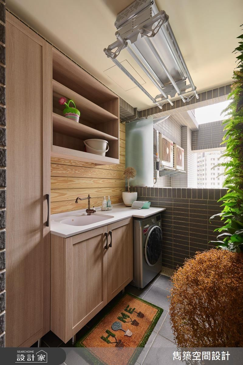 陽台區規劃大面植生牆滿足屋主蒔花惹草的愛好,並於空間整合洗手檯與洗衣機等家事機能。