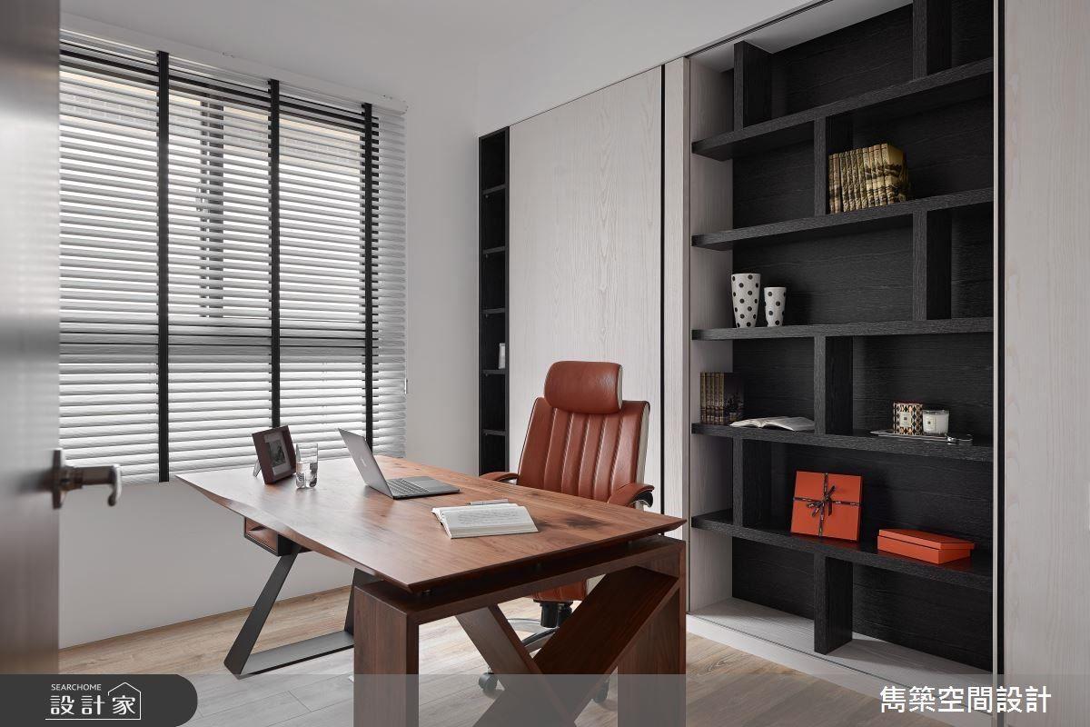 書房展示收納櫃在黑、白、木色的拼搭下,顯現空間層次。