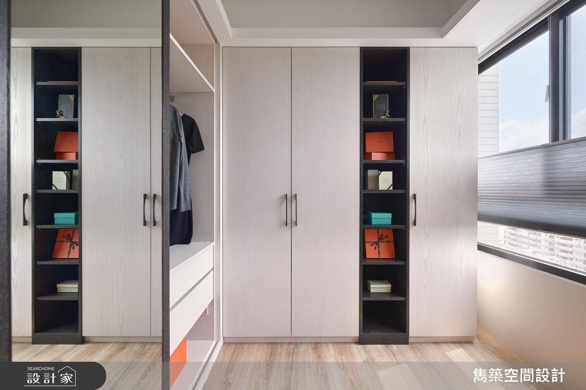 獨立更衣間依照屋主使用習慣,設置半開放收納櫃與全身鏡,並以拉簾兼顧空間隱私。