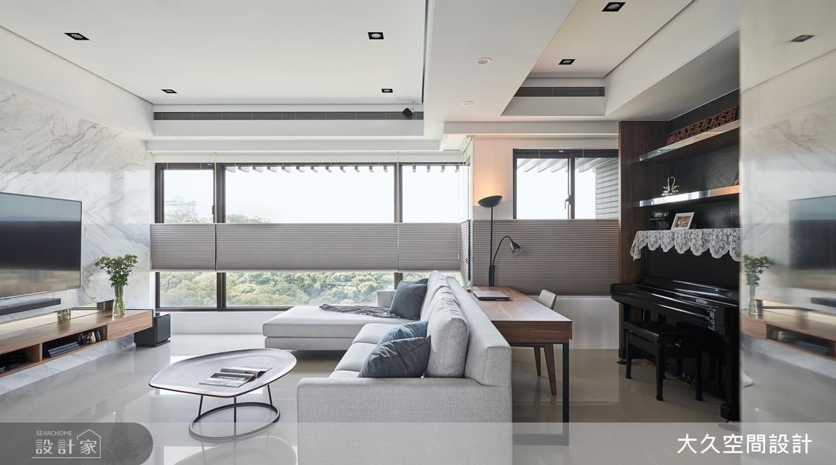 客廳電視牆以銀狐大理石鋪陳大器質感,並利用沙發背側空間規劃書房及琴房空間。