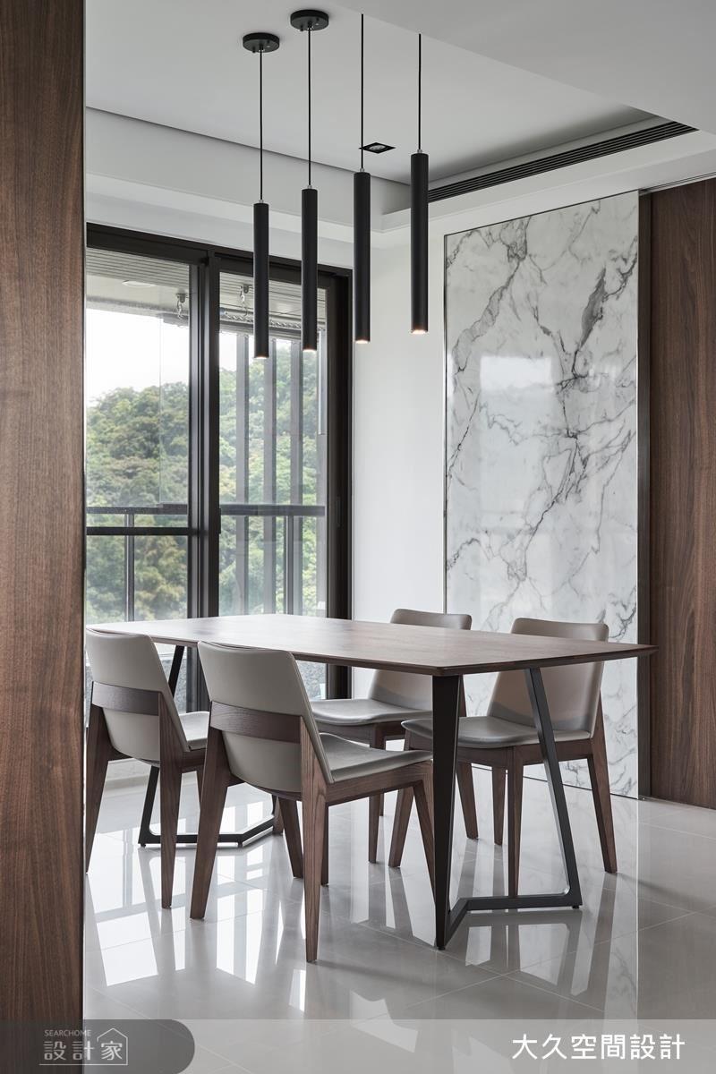 餐廳以大理石紋門片阻隔廚房油煙,在純淨白色與溫潤木色的搭配下,營造身心舒暢的自在氛圍。