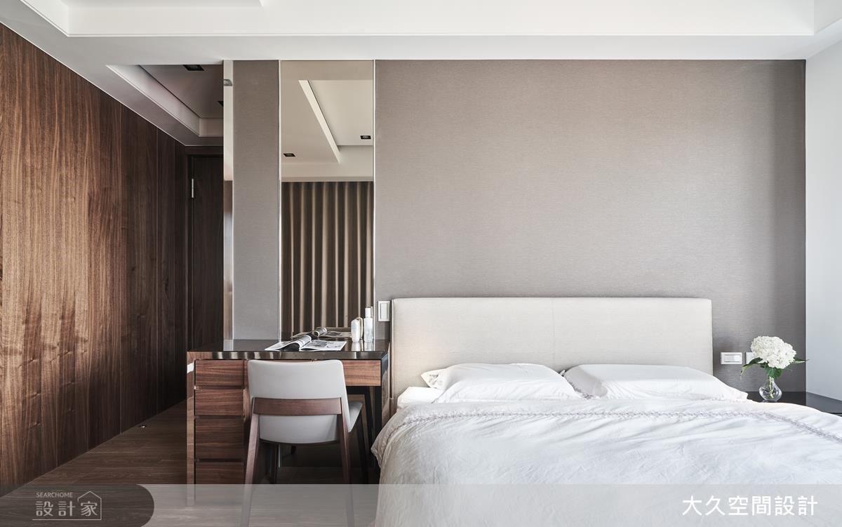 主臥窗面延攬室外景色,並以大面胡桃木色烘托睡眠空間的溫暖感受。