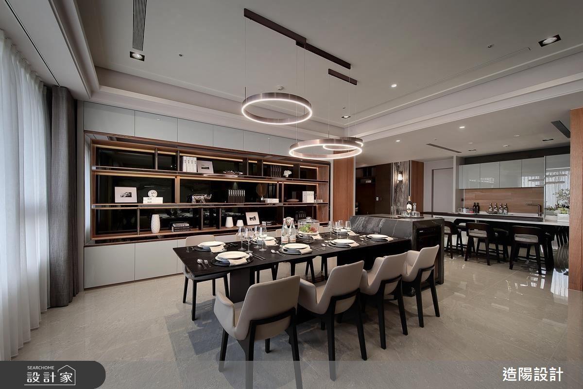 餐廳以複合式餐桌概念合併電陶爐與酒櫃,一旁中島則作為輕食區。