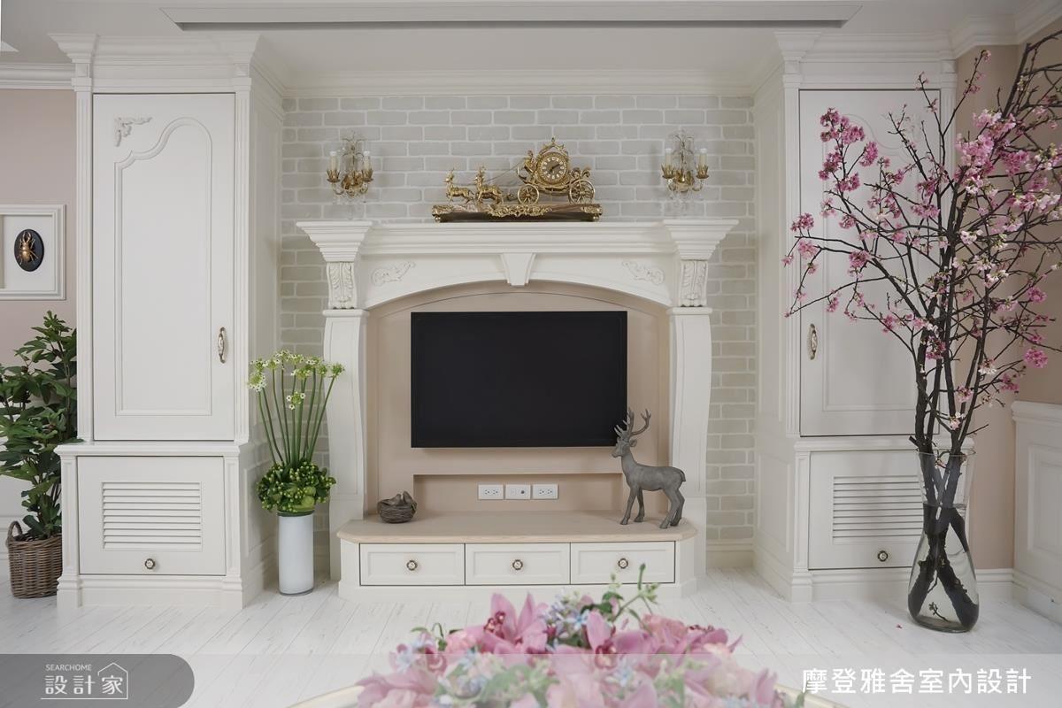 電視牆以細膩圓弧柱頭,搭襯典雅燈飾,滿足女主人浪漫情懷。