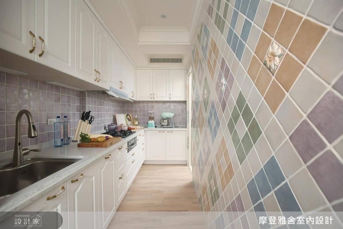 廚房壁面選用粉嫩馬卡龍色彩拼接,為屋主帶來法式甜點般的幸福滋味。