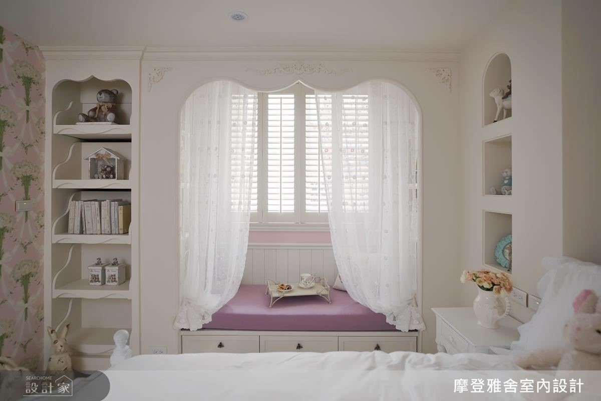 女兒房以公主紗幔搭襯臨窗臥榻,讓女孩彷彿走入浪漫童話世界。