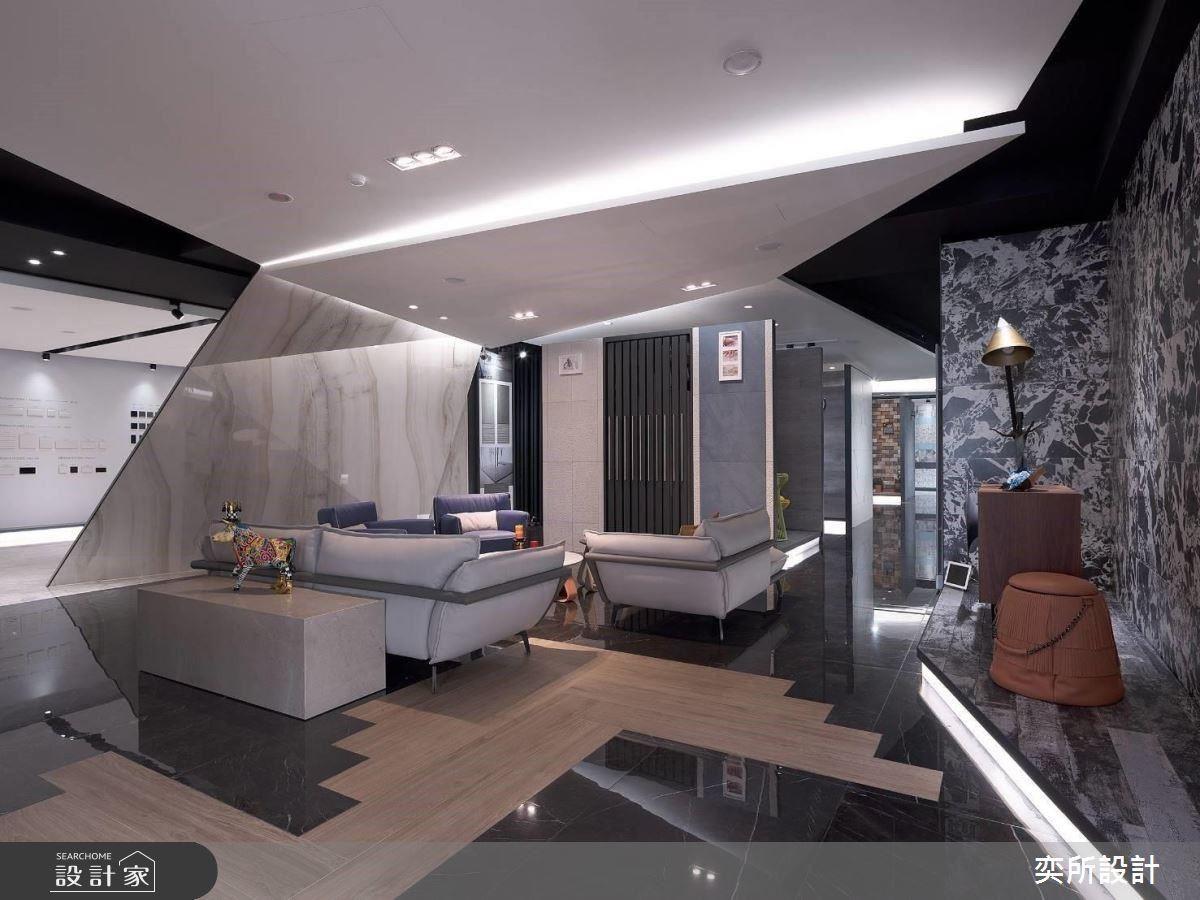 以黑白色彩建構空間,凸顯五花八門的磁磚展示品。