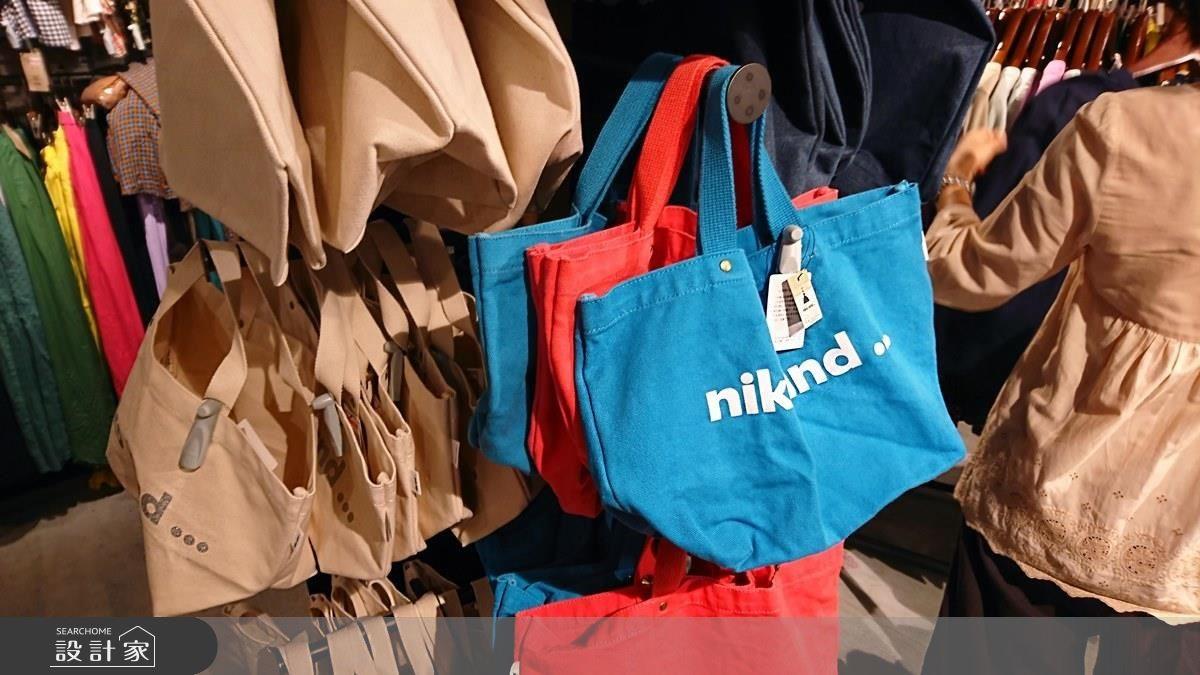 帆布包,價格從 NT. 620 降至 NT. 450,共有黃藍紅三色。
