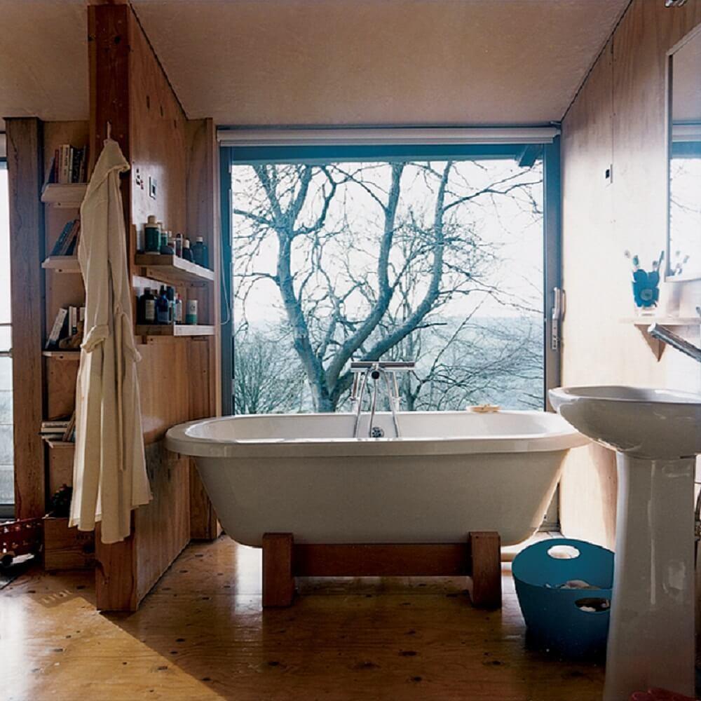 落地窗外的綠意美景搭佐室內天然木地坪,呈現如在森林沐浴般自在享受。只要加強保養,木頭也能擁有長久壽命。>>看完整文章