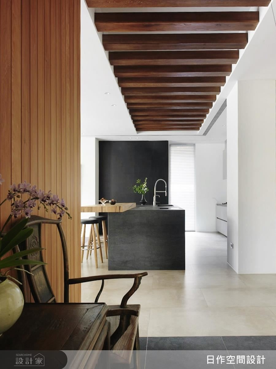 玄關壁面、天花以溫潤木格柵鋪陳,牽引空間視線。