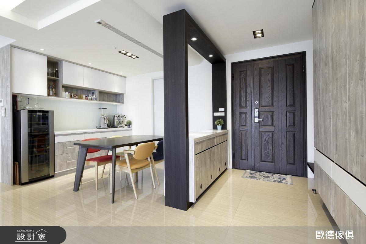 特地使用系統板材拉出邊框,界定玄關與餐廳之場域。