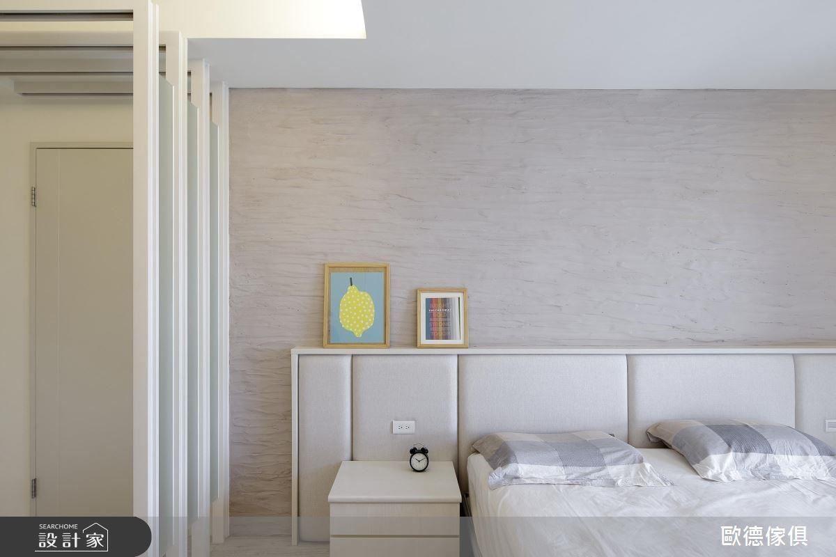 為了避免進門後馬上看到睡眠區,便採用霧面玻璃和灰鏡設計隔屏,下方簍空造型,營造輕盈感兼具穿透性。