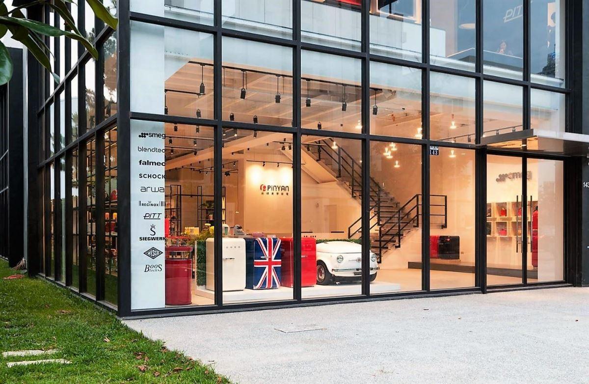 大尺度的玻璃帷幕,讓戶外陽光走進空間裡,同時映照出室內的美學設計。