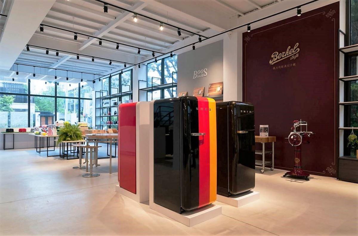 空間以簡約、乾淨的裝潢手法,一次完整展示百年家電的設計力道。