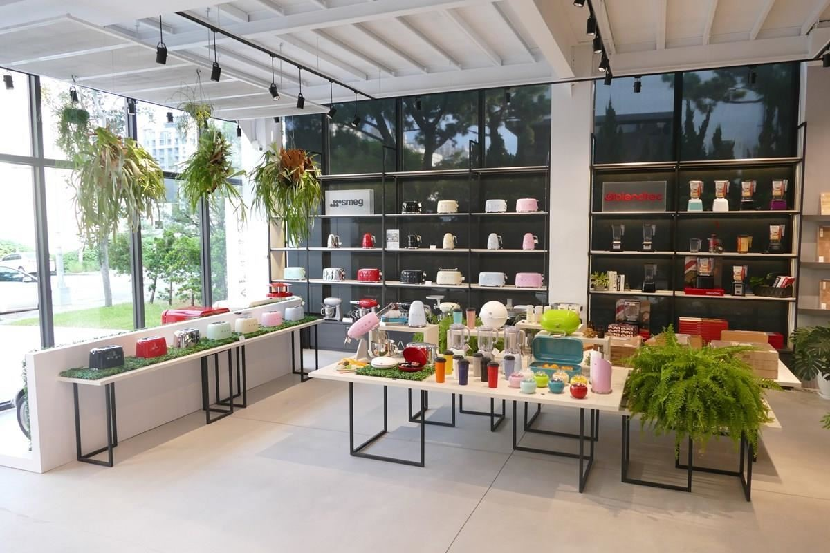 空間結合自然綠意,開放的展示層架上陳列繽紛豔彩的迷人小家電。