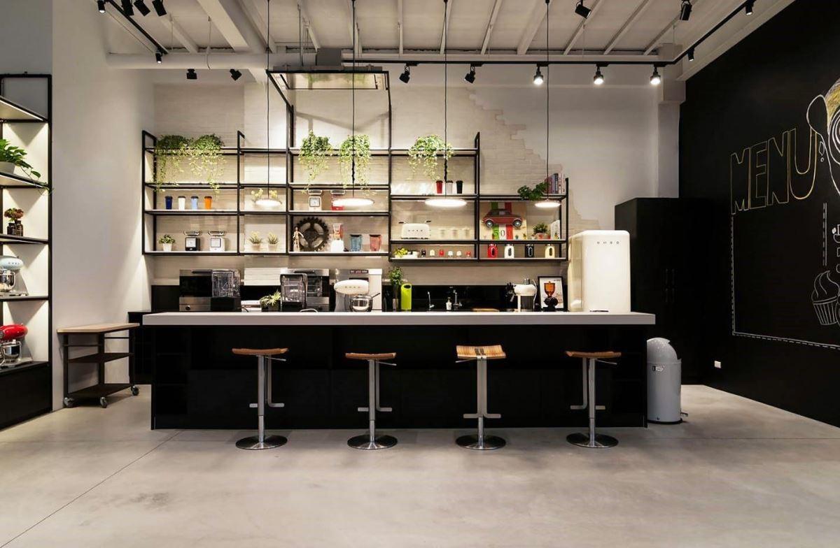 空間裡結合大型吧檯,綠意植物與鐵件的展示層架,傳遞隨興自在的生活態度。