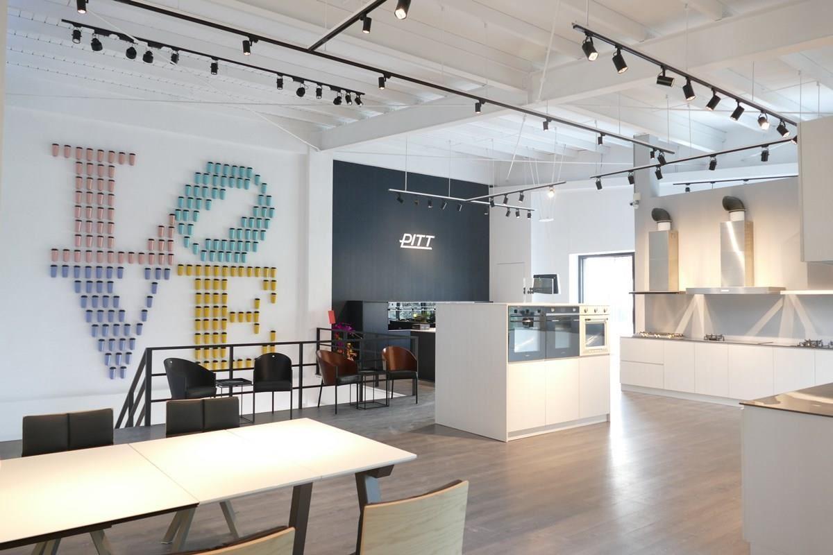 二樓主要展示嵌入式精品廚電,乾淨背景烘托廚具的非凡特色。