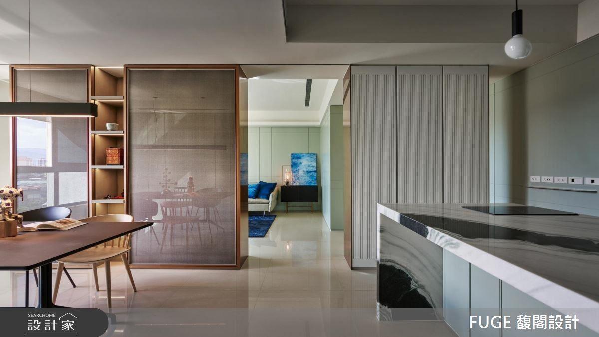 夾紗隔屏鑲金點綴,構築中西質感櫃體。