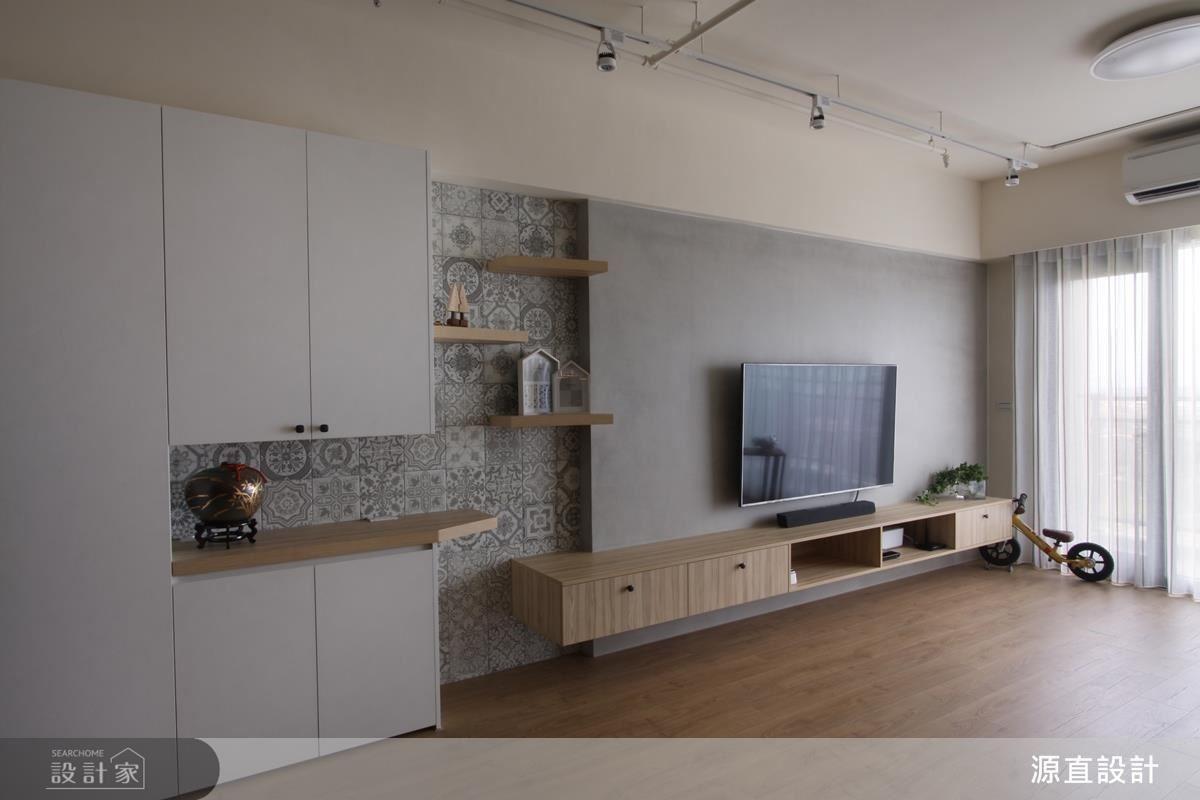設計師以 T 字型拼貼花磚設計,構築客廳的視覺焦點。