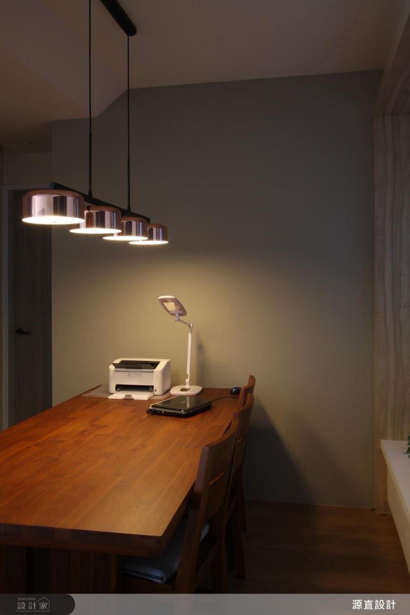 餐廳以溫潤木桌搭配暖黃光燈飾,營造溫馨的居家感受。