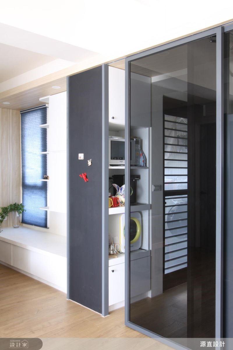 廚房以黑玻拉門設計,阻隔廚房油煙擴散。