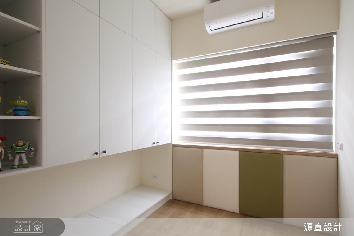 小孩房運用窗下空間打造條紋造型繃布牆,透過多重色彩增加視覺層次感。