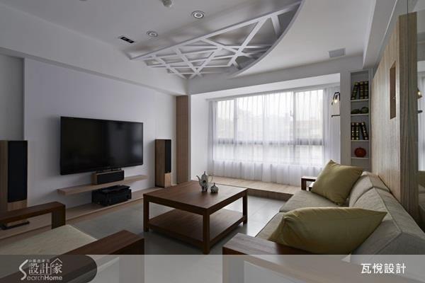 除了吸頂燈具之外,在天花板的間接照明規劃,運用弧線與交錯線條做造型,讓空間增添些許變化。