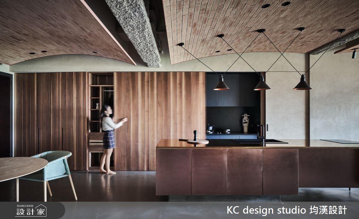 弧形的造型設計,修飾大樑過於突出的壓迫感,並使用不同材質與表面紋理,搭配出簡約前衛的空間氛圍。
