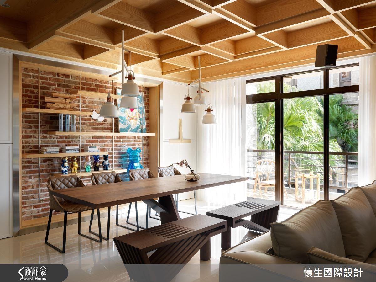 木格天花板搭配裸露的老磚牆面,刻意裸露材質的粗糙原貌,營造出自然樸實的空間原味。