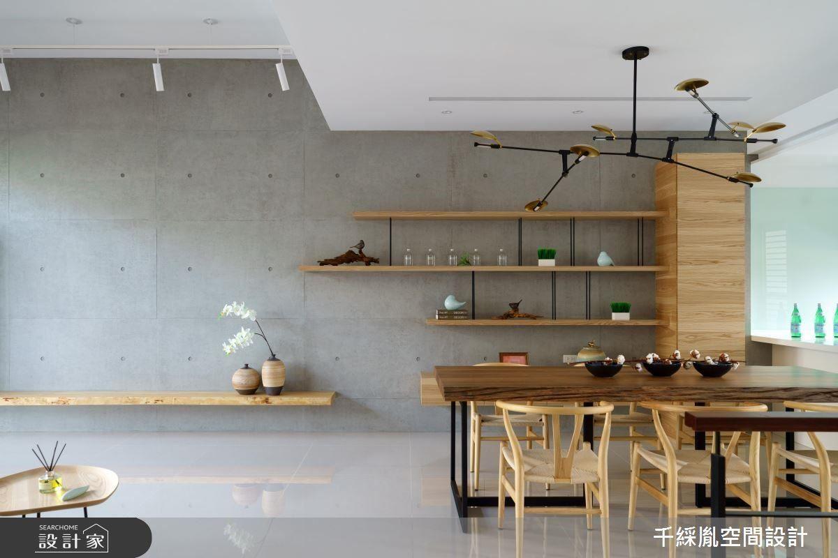 將大樑包覆降低壓迫感的同時,在天花板做出高低落差,在簡約的空間中藉此區分出不同空間屬性,也分別使用了不同的燈具。