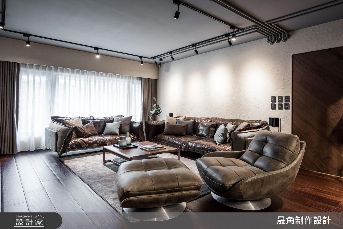 將屋內的水電配線,直接以鐵件包覆裸露在天花板外,成為相當吸引目光的視覺焦點,搭配色彩與燈光暈映出的漸層變化,讓空間千變萬化。