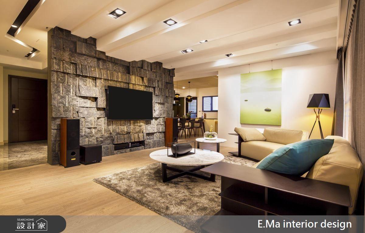 天花板使用高低落差的長條設計,隱藏大樑的同時增添了視覺效果,與電視牆面相互呼應,一旁的間接照明曲折的溝槽,柔化燈光的同時也相當有造型。
