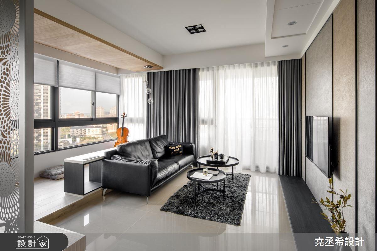 窗邊的臥塌區域,地板與天花板皆使用木作,以材質、地板與天花板高度區分出不同空間屬性,也為空間的配色注入了溫潤的感受。