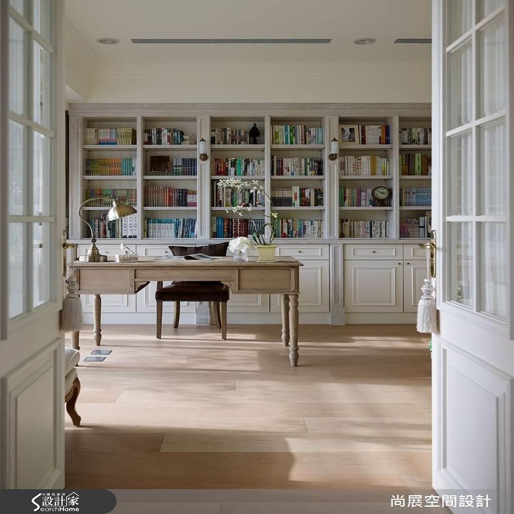 整面書牆的設計,為純白書房帶來視覺重點。>>看完整圖庫