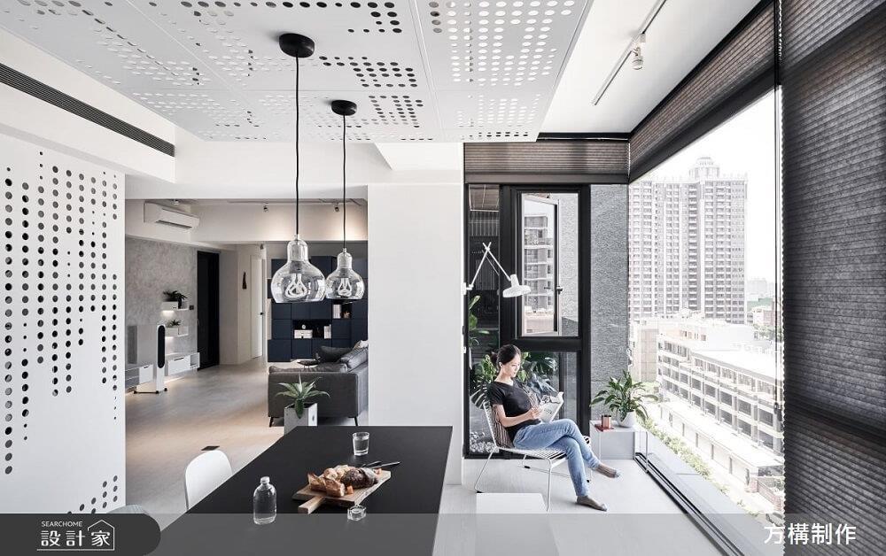 善用零碎轉角空間,在緊鄰窗邊位置設計壁掛式燈具,並擺置一張舒適座椅,小角落立刻化身超開放書房。>>看完整圖庫