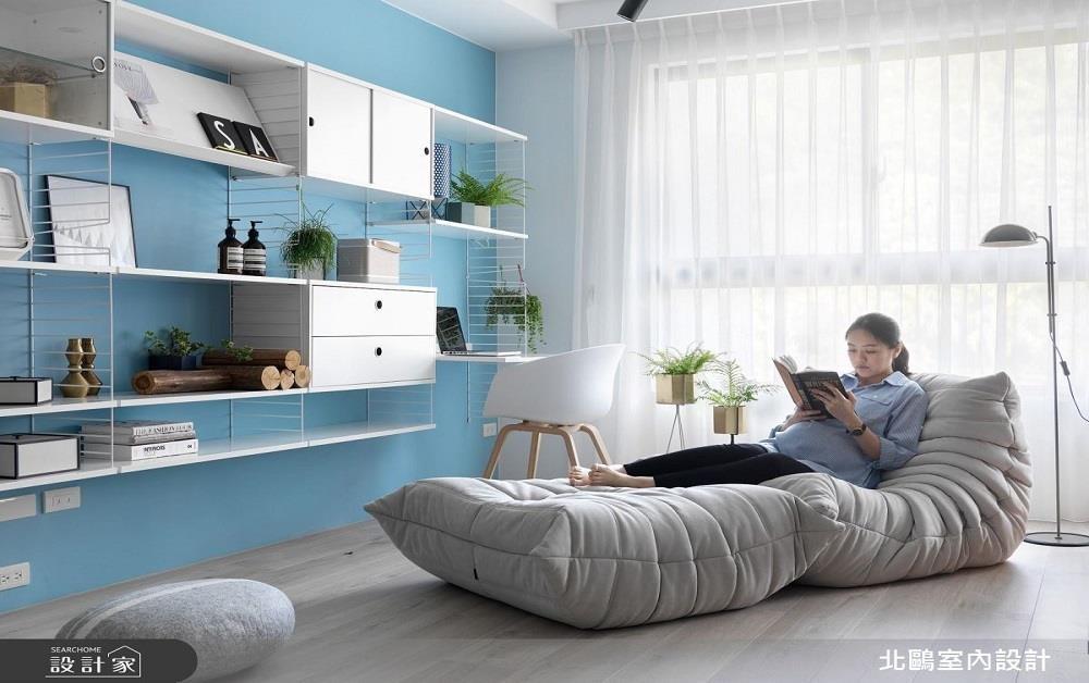 與客廳無隔間的開放格局,利用舒適躺椅及一盞落地燈,界定出開放書房範圍。>>看完整圖庫