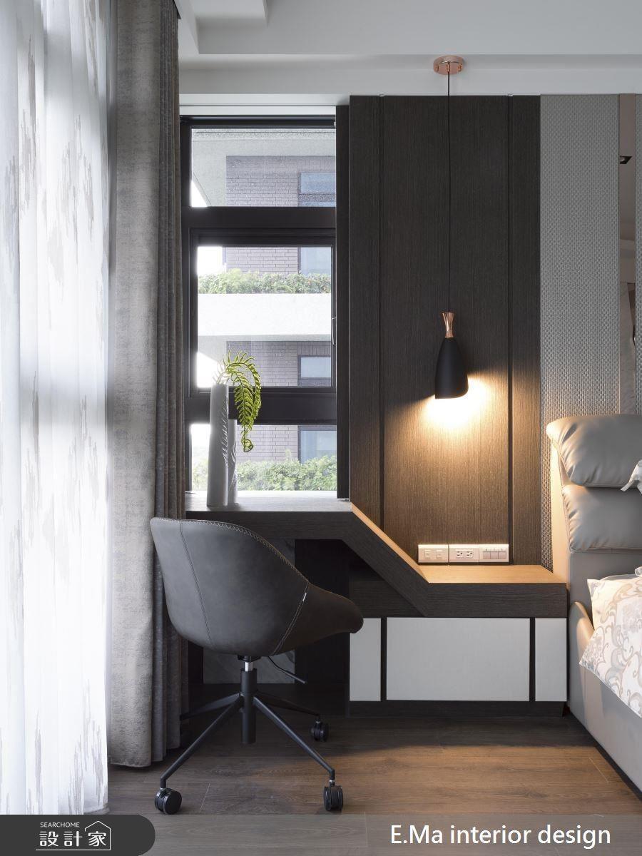 藉助床頭背牆兩側的空間,為男屋主增設書桌,提升使用機能。