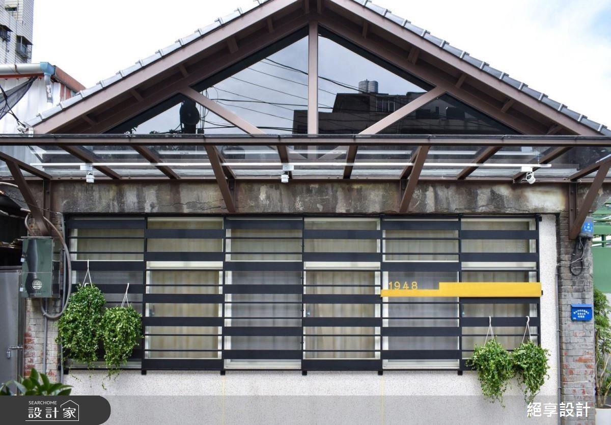 原有的斜屋頂與黑色條狀窗框搭配出復古時尚感。