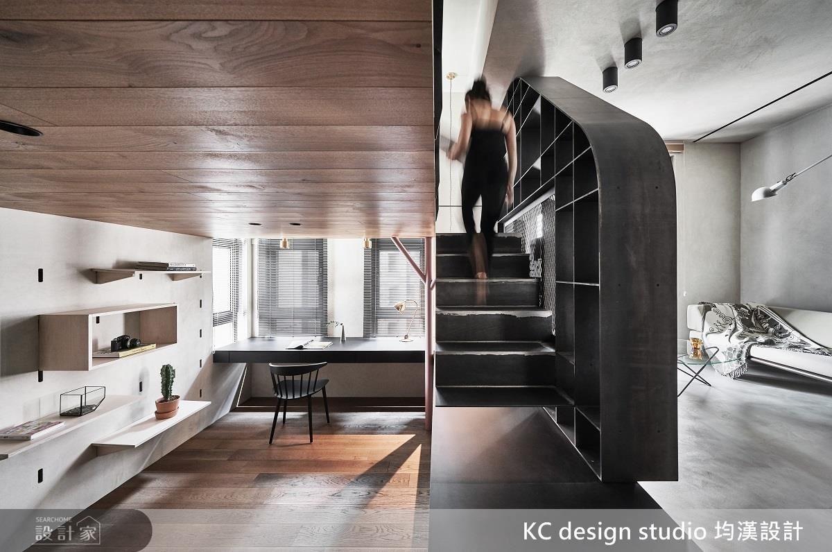 由居住者的生活習慣作為設計出發點,設計師善用地坪的高低落差,重新安排空間的秩序,並保留了寬敞的動線和明亮光線。