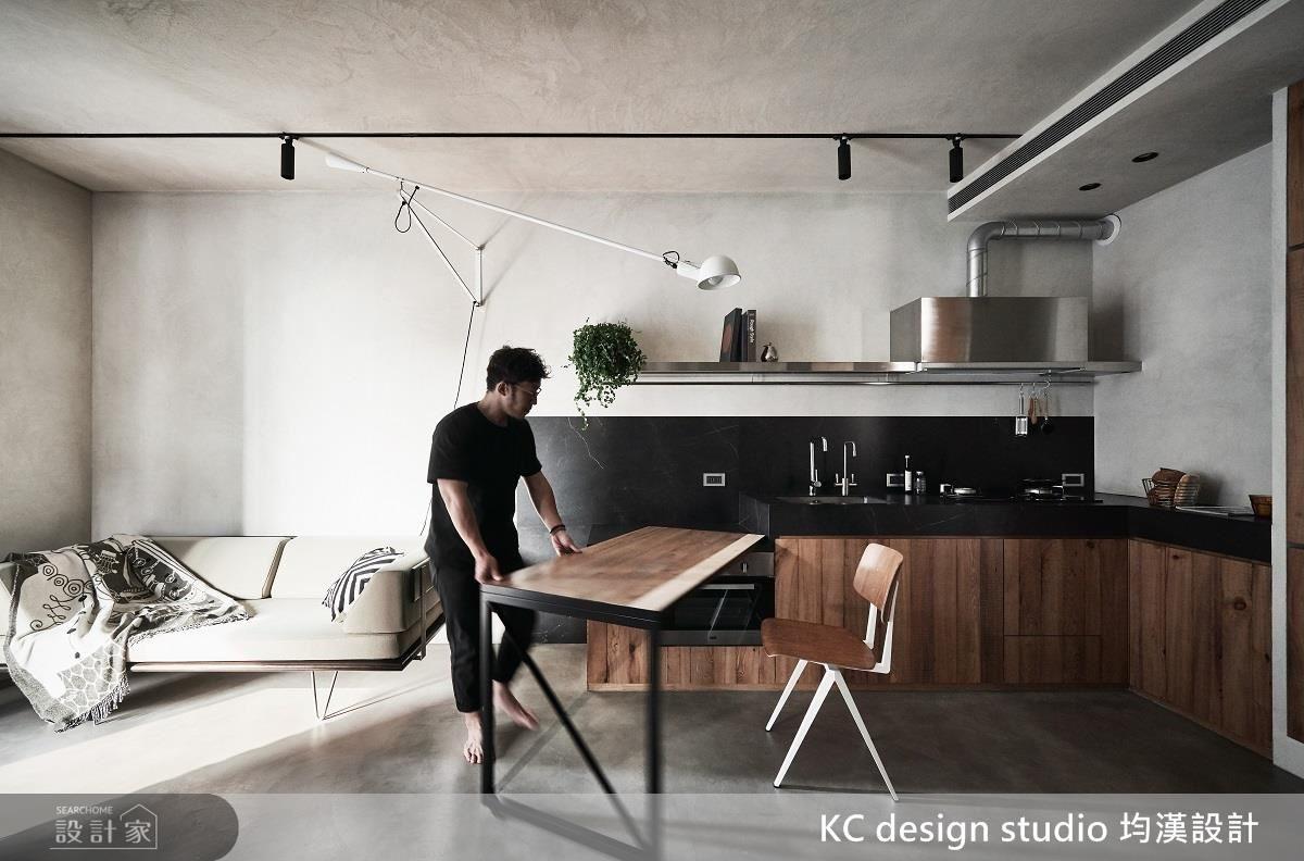 不須使用餐桌時,則可將桌子收回流理檯旁,不但不占空間,還能成為下廚時的料理準備區。