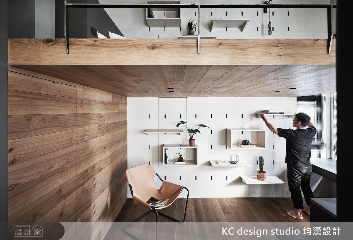 洞洞牆可以加上訂製的層架、展示櫃,隨著需求改變收納方式,增加收納的使用彈性。