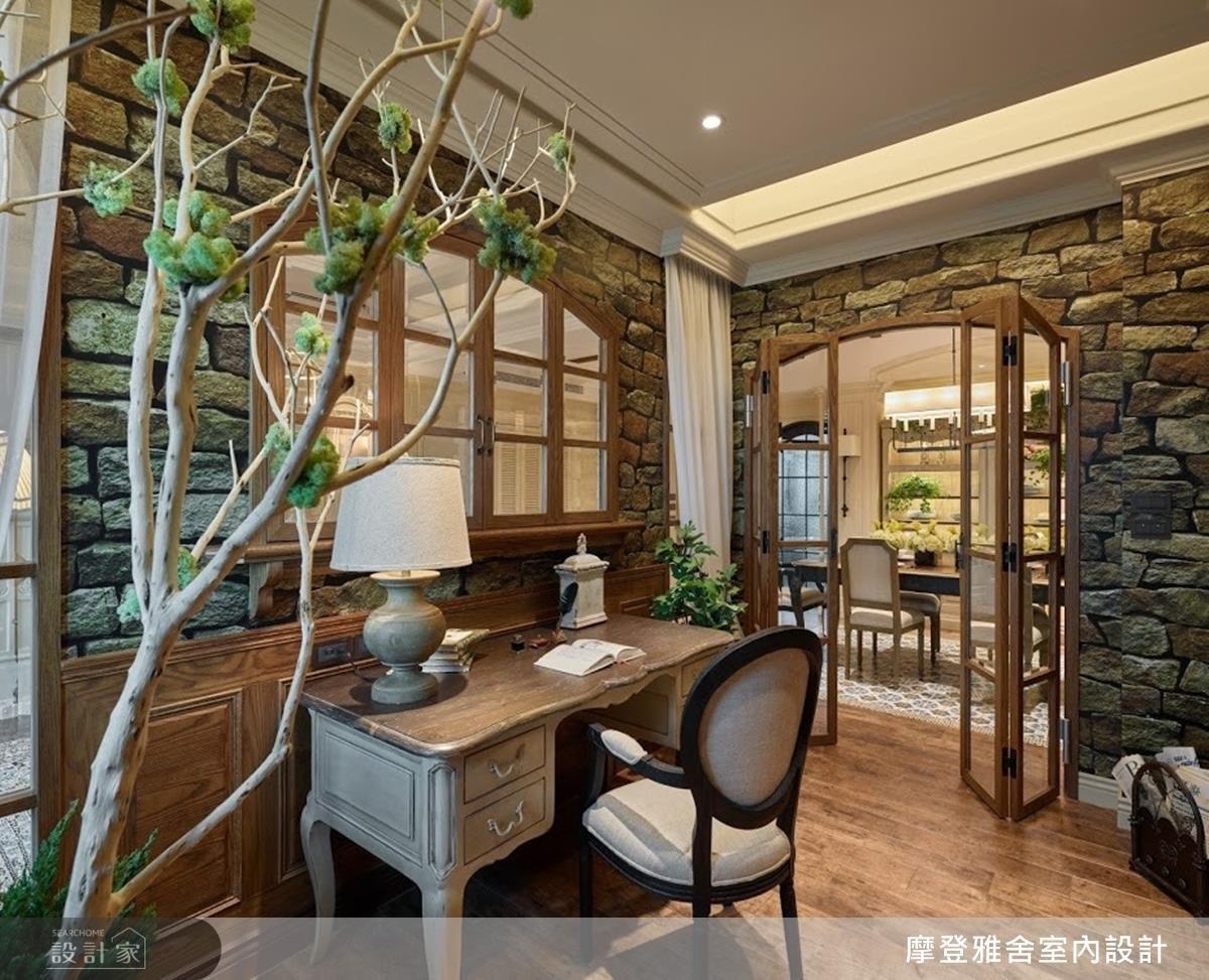 古磚牆壁紙、仿舊質感書桌,為書房醞釀寧靜古樸書香氣息。