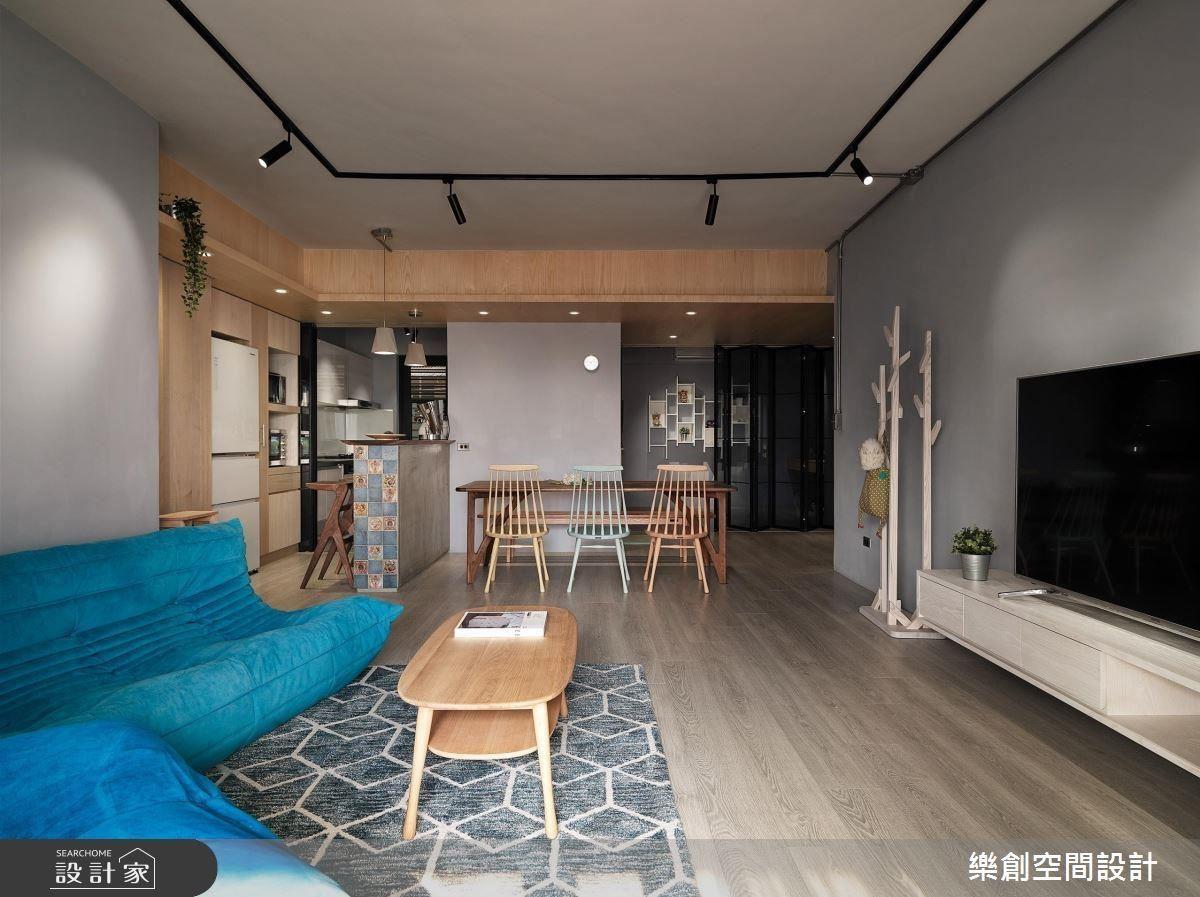 除了天花,空間極少純白,漸層的灰與藍,與木皮巧妙融合出豐富的空間色彩,讓家沉靜而溫暖。