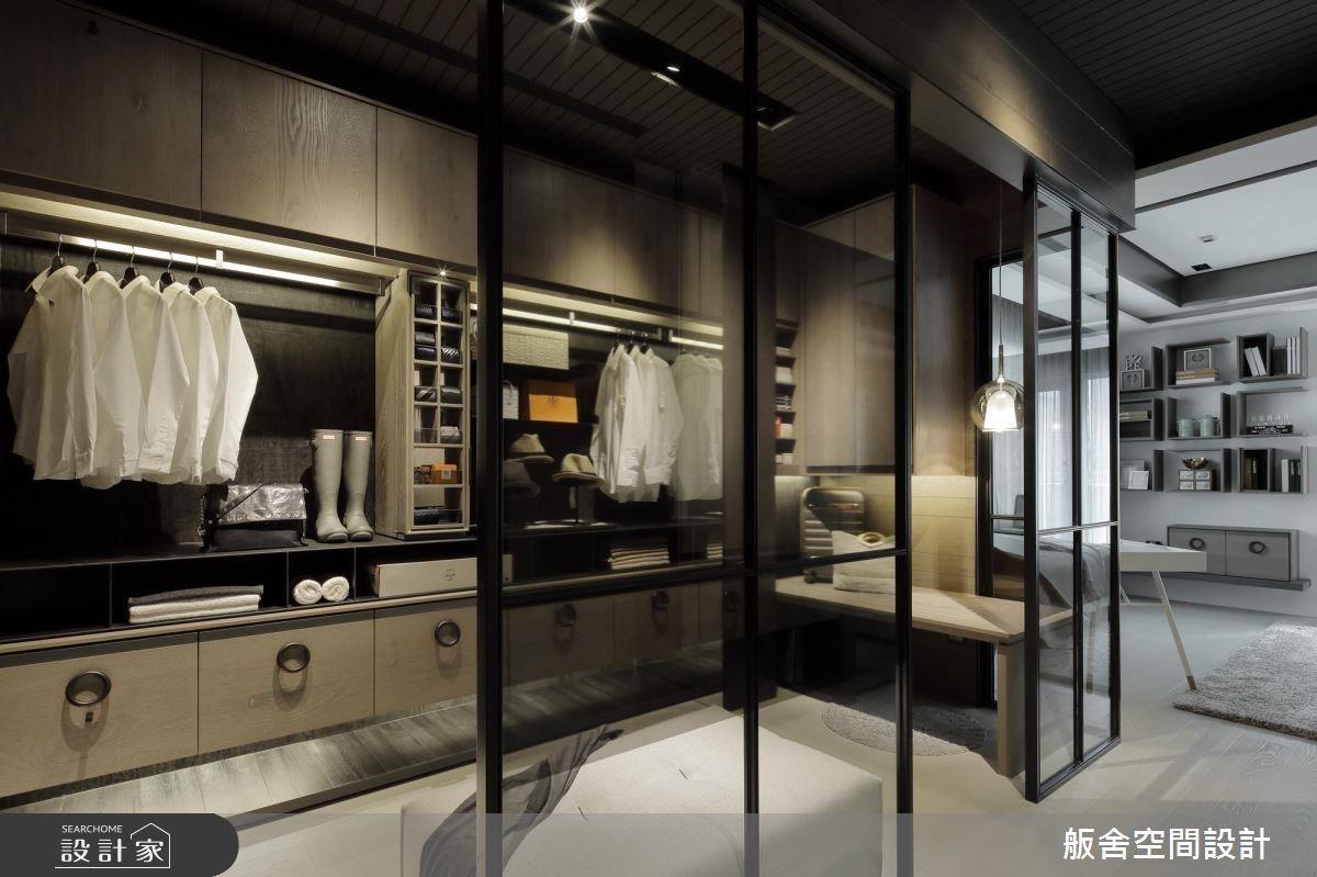 女孩房以半開放式精品櫥窗,做為更衣室設計。