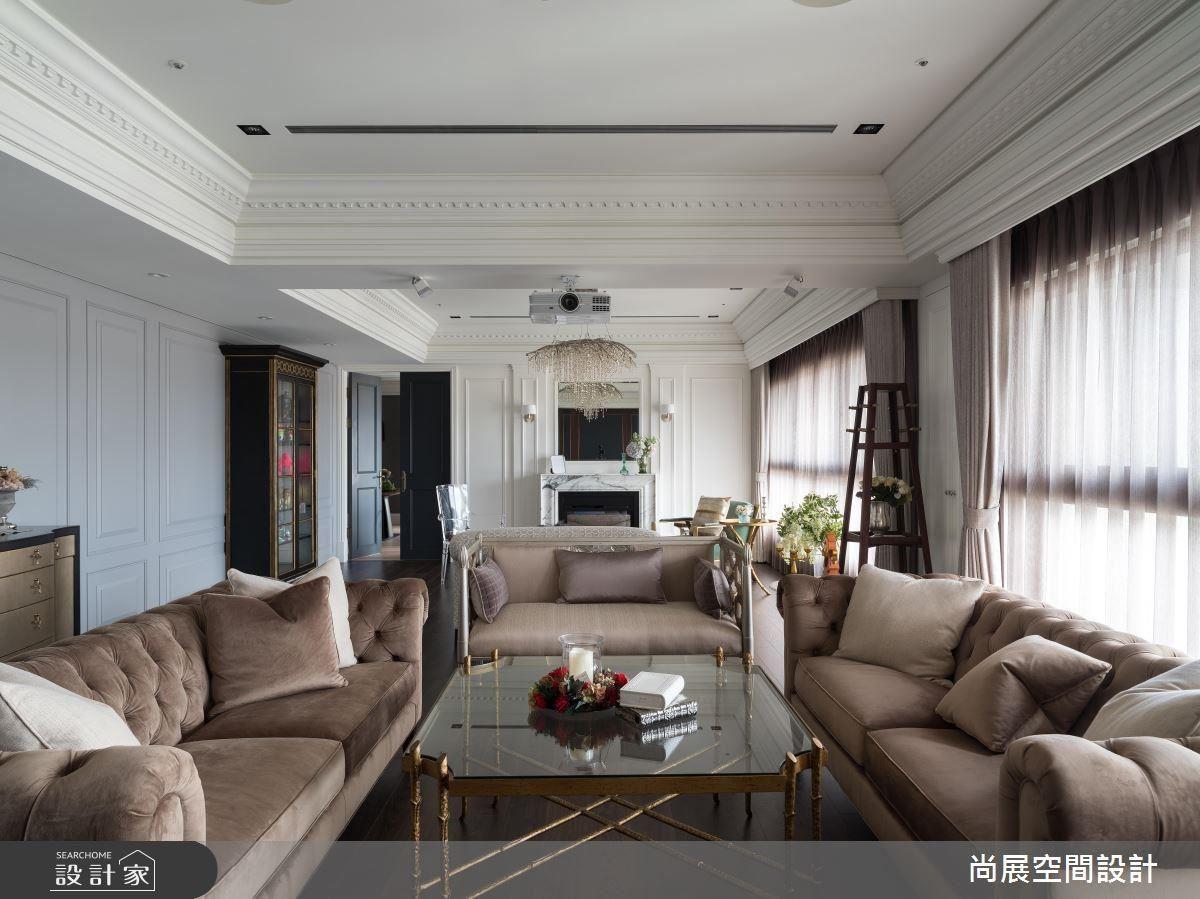 經典美式雙客廳以大面落地窗延攬充沛光源,帶來明亮舒適感。