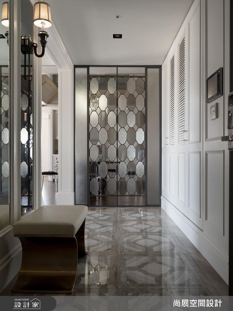 進門玄關以鐵件鑲嵌手工訂製玻璃創造獨特帷幕,呈現精緻非凡的低調魅力。