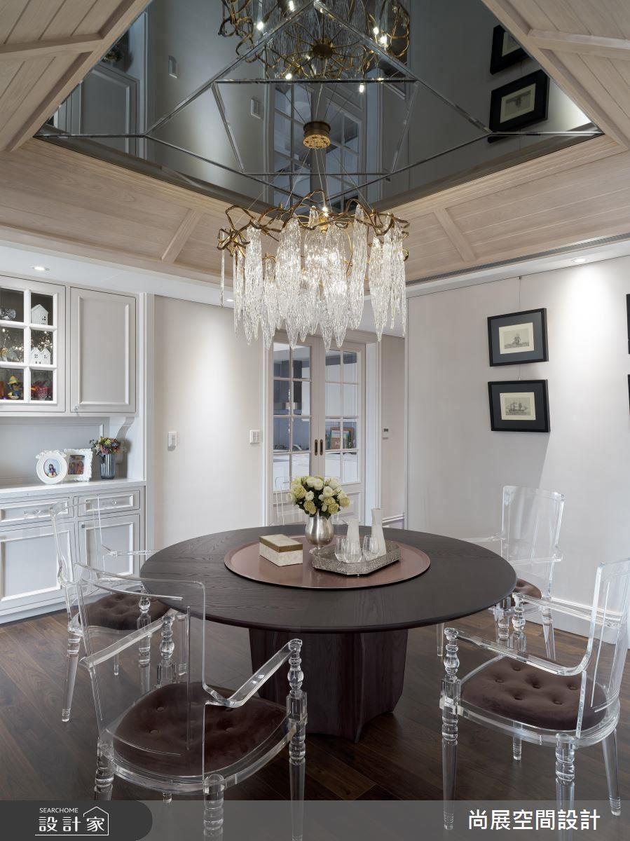 美式屋頂設計利用鏡面延伸視覺,垂墜的水晶吊燈拉長空間感,搭配黑與紅對比的英倫色調,營造貴族般視覺饗宴。